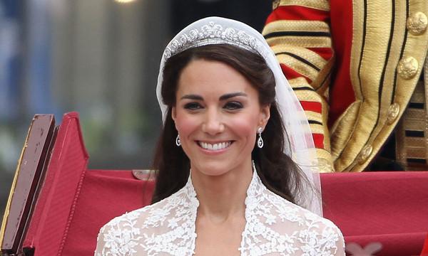 https://www.hellomagazine.com/imagenes/brides/2020012383628/how-to-do-your-own-wedding-makeup-expert-tips/0-402-676/Kate-Middleton-royal-wedding-makeup-t.jpg